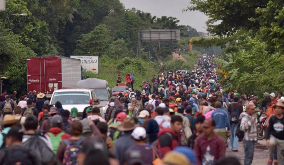 Miles de personas avanzan a través de México hacia Estados Unidos