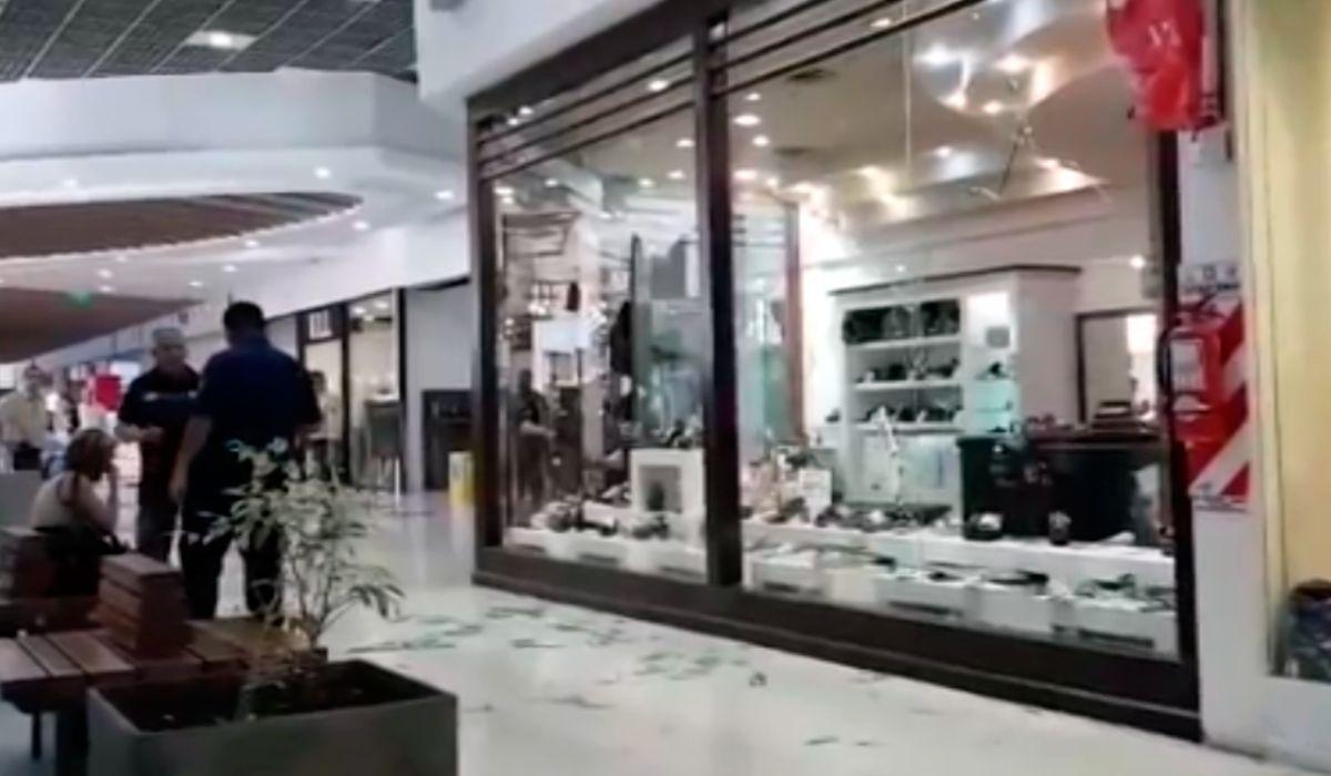 La mujer destrozó los vidrios de ambos locales con un martillo
