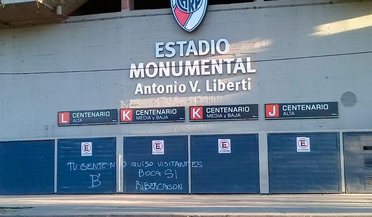 Se calienta la previa del Superclásico: hinchas de Boca pintaron las paredes del Monumental