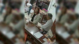 VIDEO: Fue con su pareja a comprar helado y terminó robando alfajores
