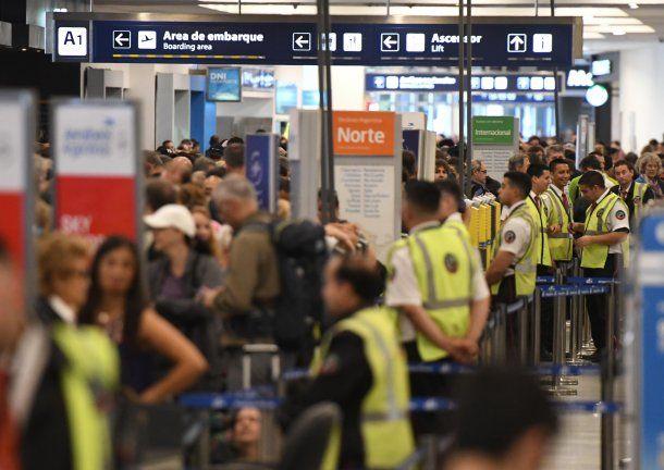 <div>Más de 155 vuelos de Aerolíneas Argentinas debieron ser cancelados</div>