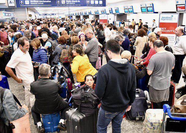 Miles de pasajeros quedaron varados en los aeropuertos de todo el país tras la cancelación de 155 vuelos de Aerolíneas Argeninas