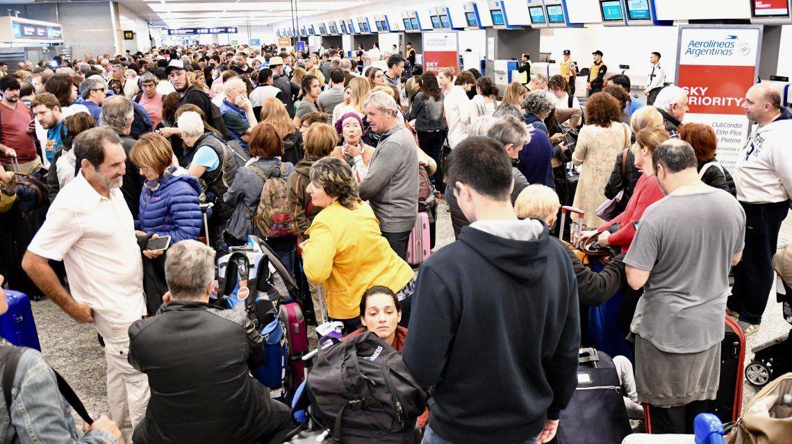 Miles de pasajeros quedaron varados en los aeropuertos