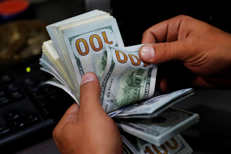 El dólar baja tras la suba de este miércoles