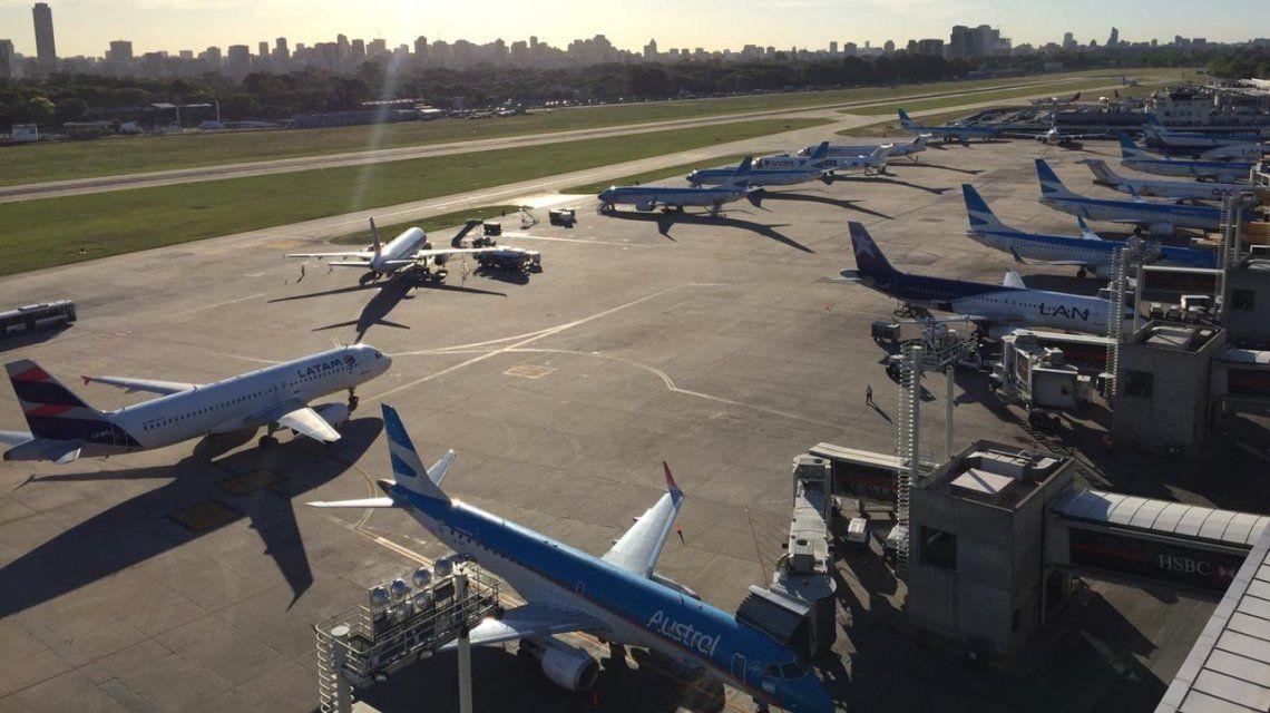 La flota de Aerolíneas Argentinas paralizada en Aeroparque.