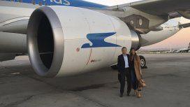Mauricio Macri con Juliana Awada junto a la turbina de uno de los aviones de Aerolíneas Argentinas