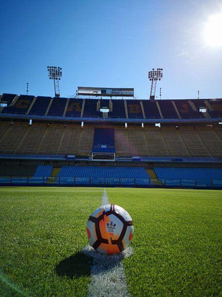 La pelota de la final en el círculo central de La Bombonera<br>