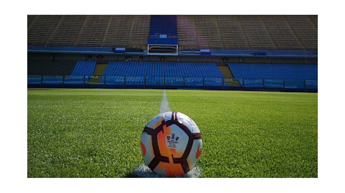 La pelota de la final en el círculo central de La Bombonera