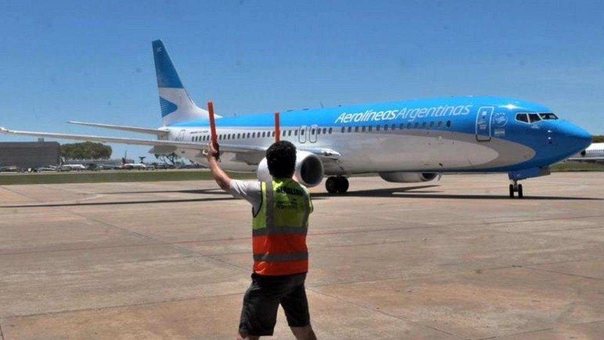 Cláusula gatillo y políticas que le juegan en contra: el conflicto detrás de los pasajeros varados de Aerolíneas