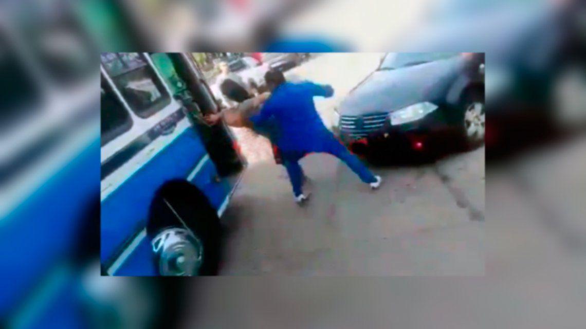 Brutal pelea entre un automovilista y dos colectiveros en Villa Ballester