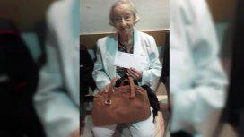 Tiene 97 años y hace dos días que no puede viajar a Corrientes por el conflicto de Aerolíneas