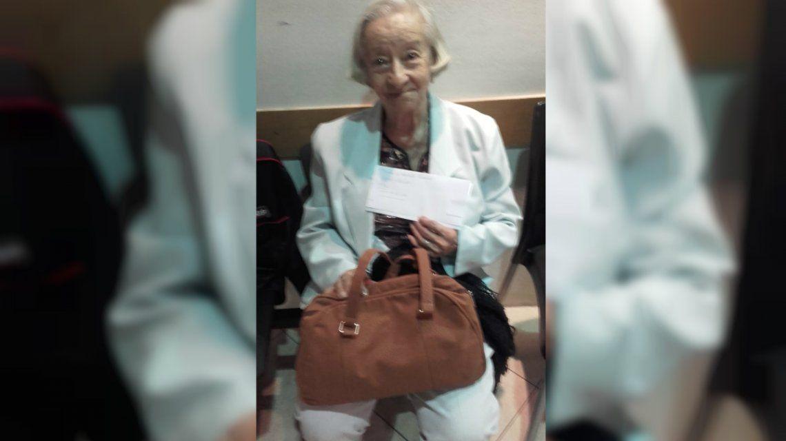 Tiene 97 años y hace dos días que no puede viajar a Corrientes por el conflicto de Aerolíneas Argentinas