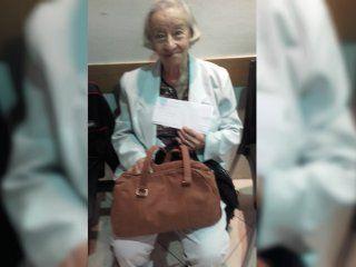 tiene 97 anos y hace dos dias que no puede viajar a corrientes por el conflicto de aerolineas argentinas