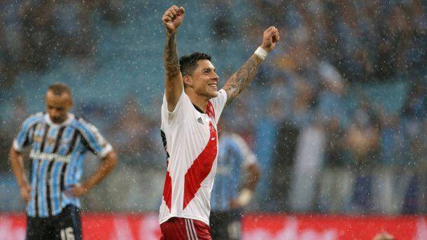 Enzo Pérez alza las manos tras el épico triunfo en el Arena do Gremio<br>