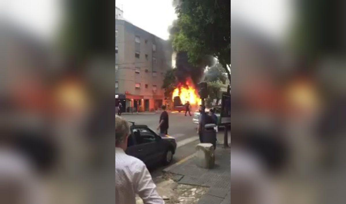 Una unidad de la línea 180 explotó y se prendió fuego con varios pasajeros a bordo