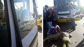 Una pasajera atravesó el parabrisas de un colectivo tras una brusca frenada