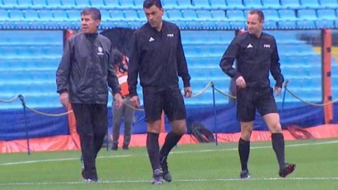 El árbitro chileno Tobar inspeccionó el campo de juego