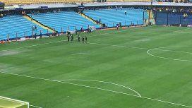 Los árbitros inspeccionaron el campo de juego de La Bombonera y determinaron que no se juegue