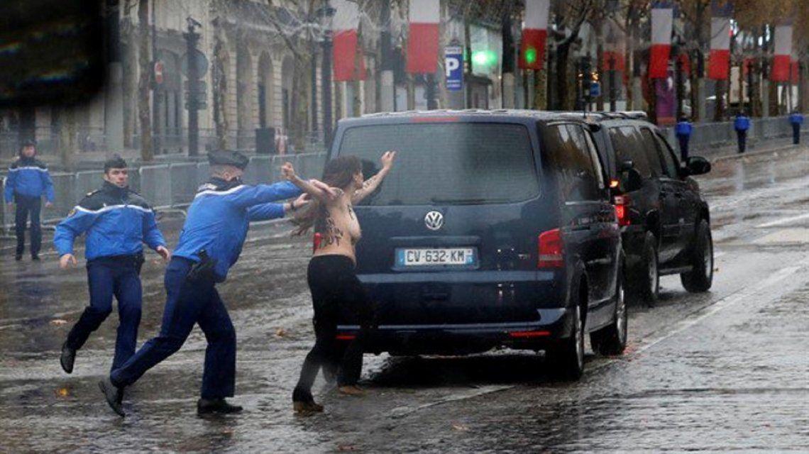 París: una activista de Femen se abalanzó en topless sobre la caravana de Donald Trump