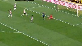 La atajada de la Copa: Armani se hizo gigante ante Benedetto y silenció a La Bombonera