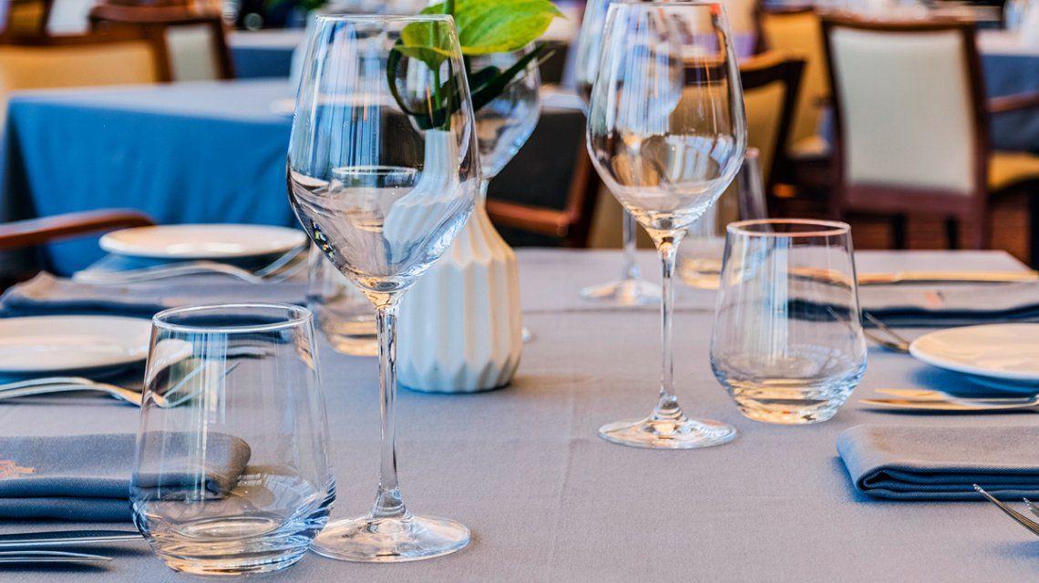 Declaran ilegal cobrar el servicio de mesa si el cliente no lo solicita
