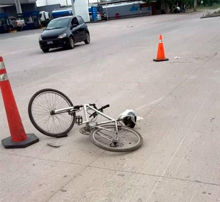 Fue a trabajar en bici, un colectivo lo embistió y ahora pelea por su vida