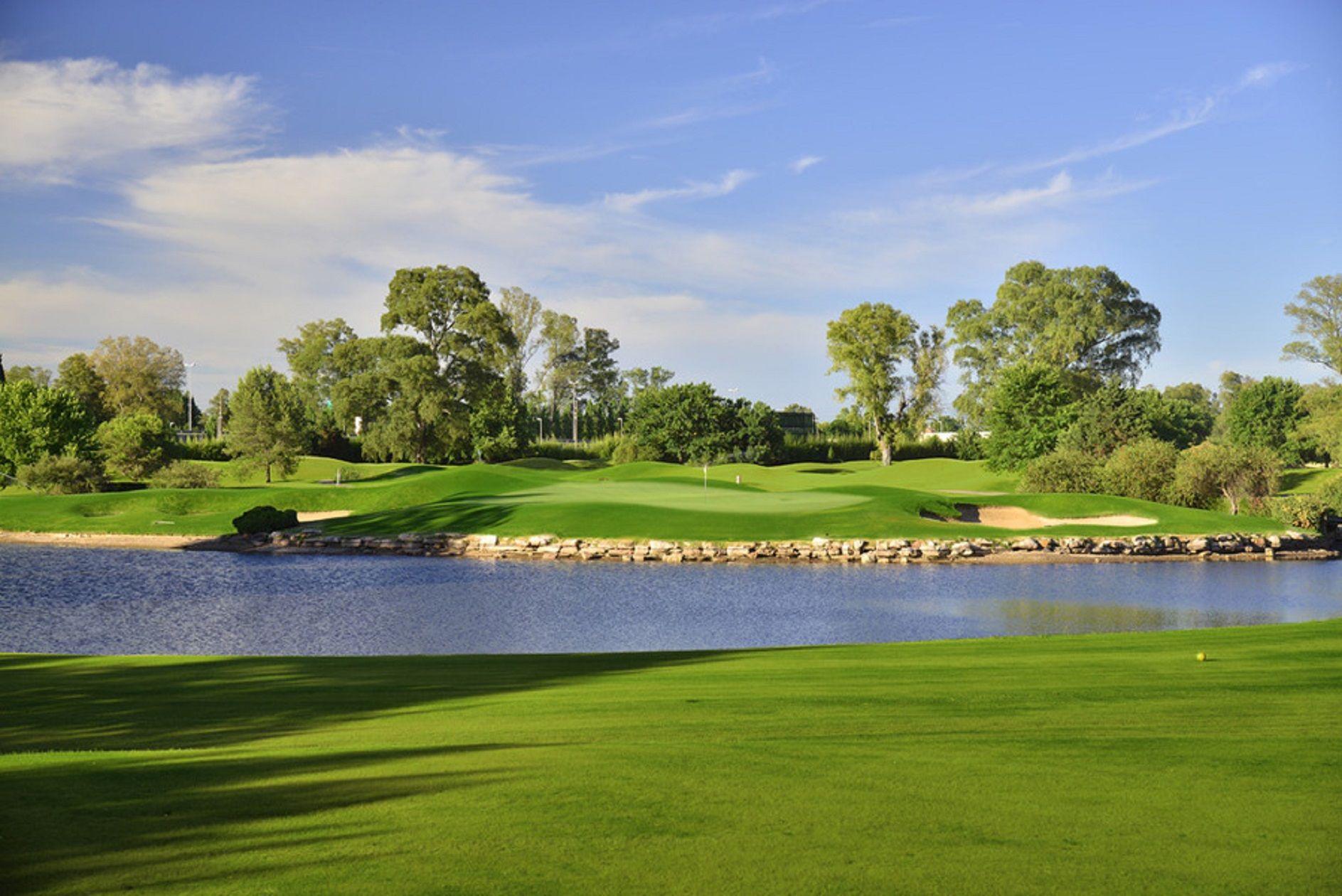 Misterio en un club de golf en Pilar: encontraron muerto a un joven dentro de una laguna
