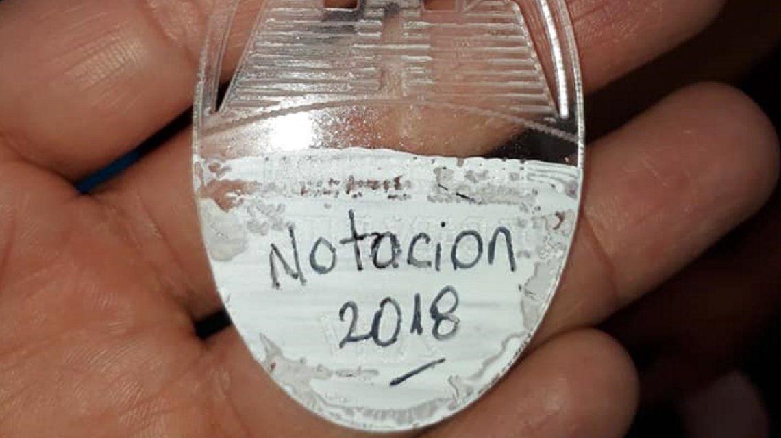 Bahía Blanca: entregaron medallas borradas con corrector a chicos discapacitados