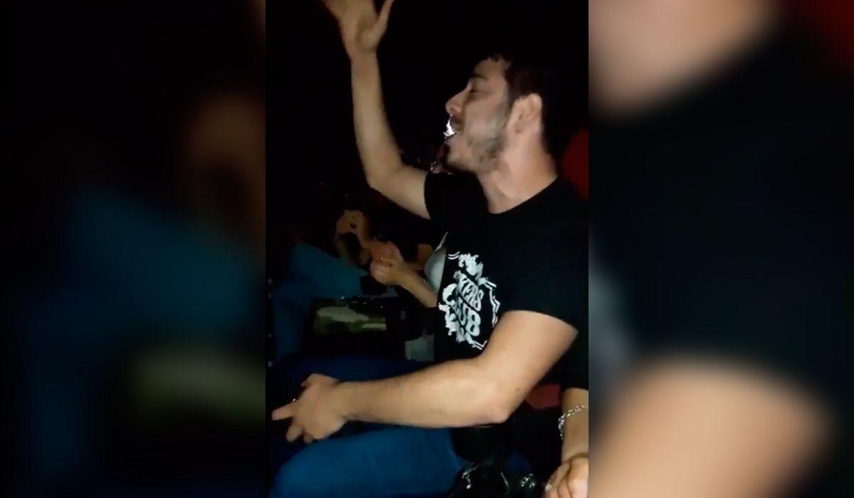Fue al cine a ver Bohemian Rhapsody, se cortó la luz y su reacción asombró a todos