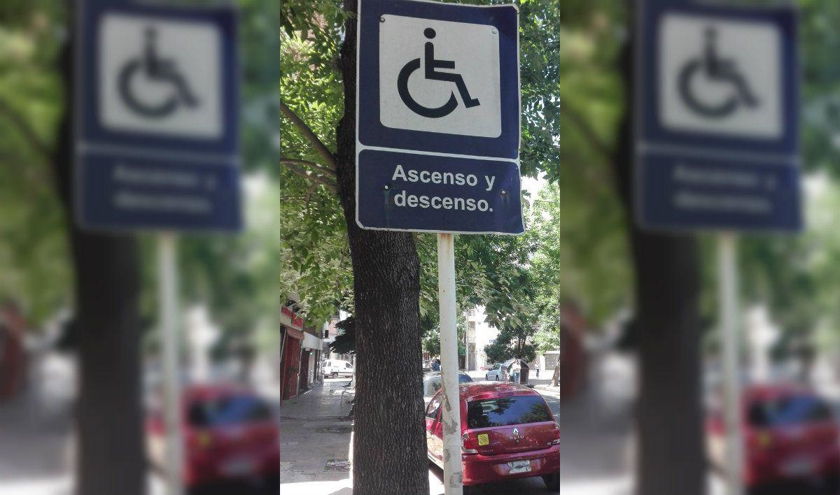 Otra vez tapan con un auto una rampa de acceso para discapacitados