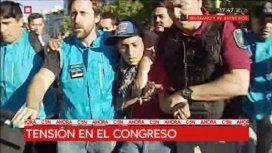 Tensión y corridas en el Congreso: la policía se llevó a dos manifestantes detenidos
