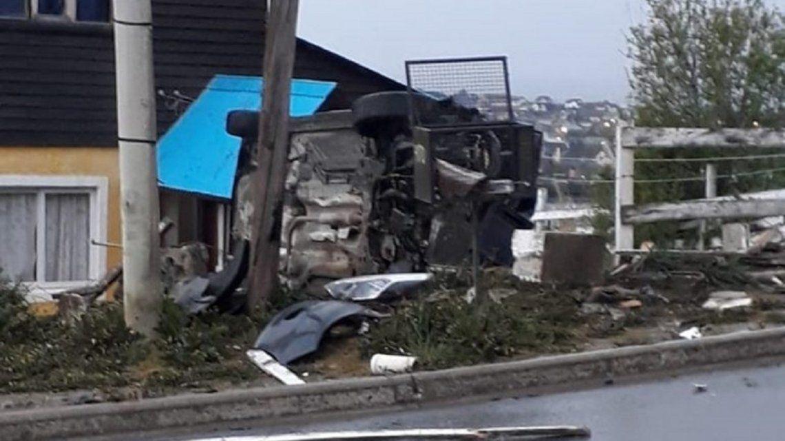 Tierra del Fuego: manejaba borracho, chocó contra un medidor de gas y volcó en el patio de una casa