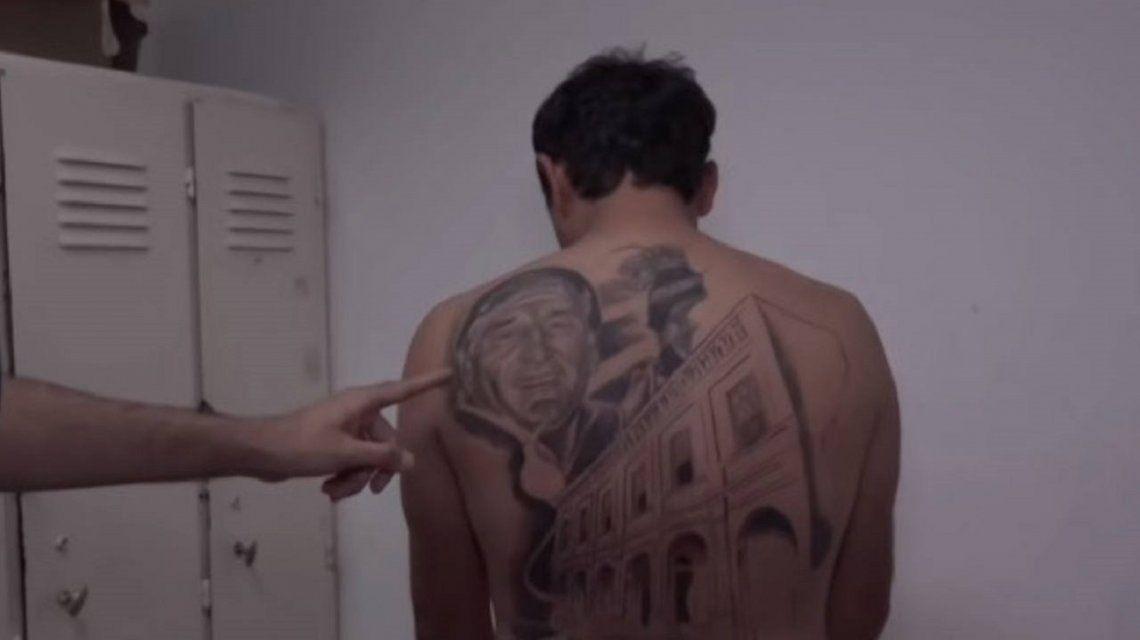 Un hombre se tatuó la cara del médico que le curó un cáncer