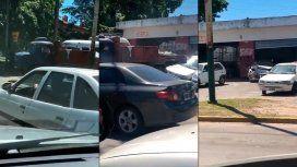 VIDEO: Un camión chocó tres autos en una concesionaria y escapó
