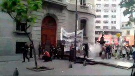 Docentes protestan frente a la Legislatura porteña contra la Unicaba
