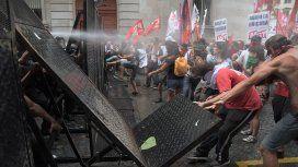 En medio de fuertes protestas