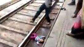 Una beba se cayó en las vías del tren en India