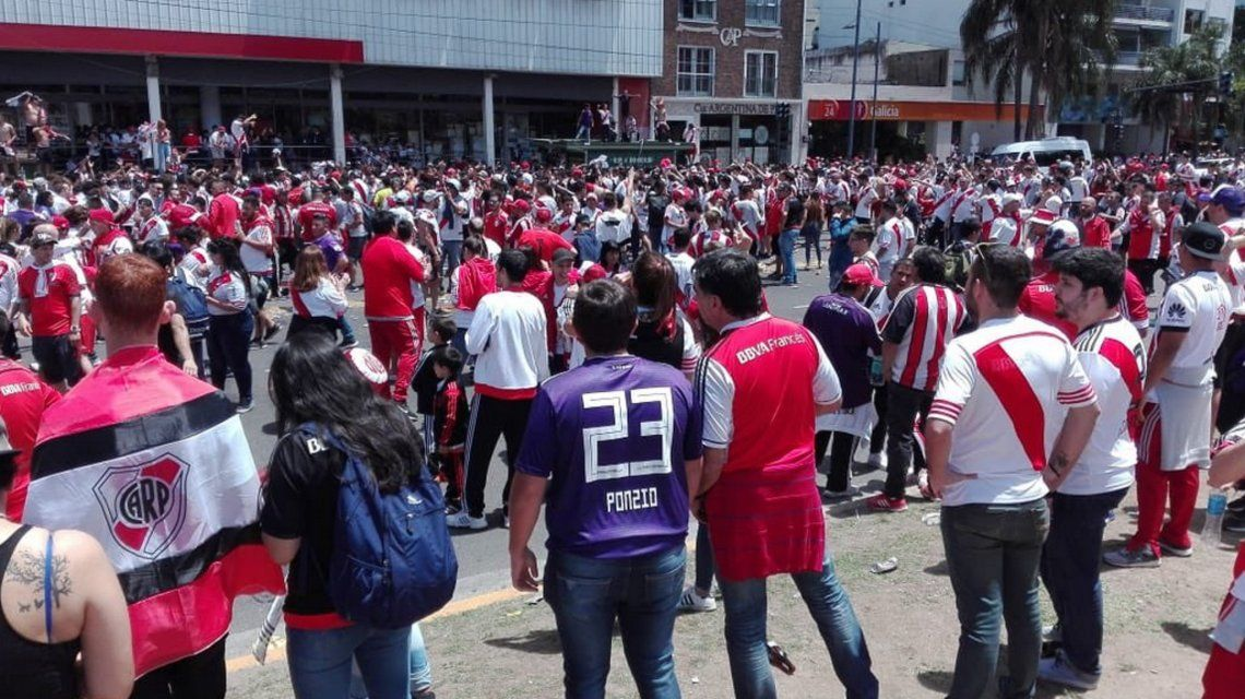 Se abrieron las puertas del Monumental y miles de hinchas de River ya viven la Superfinal con Boca