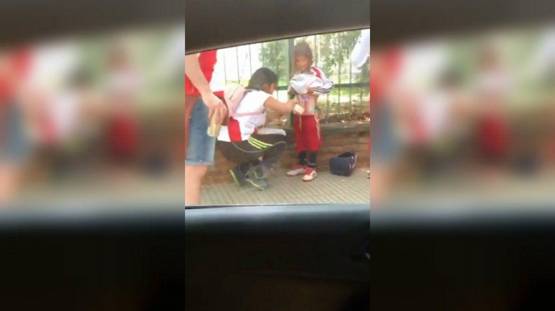 Le pegan bengalas en el cuerpo a un nene para entrarlas al Monumental