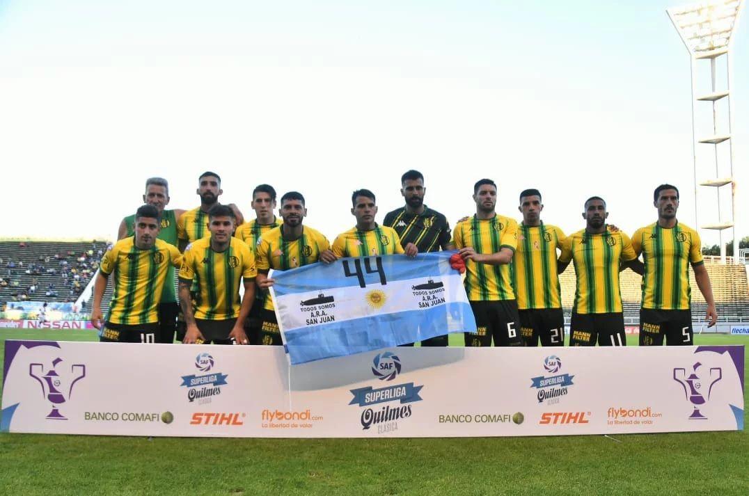 Los 11 de Aldosivi salieron al campo de juego con una bandera argentina para los 44