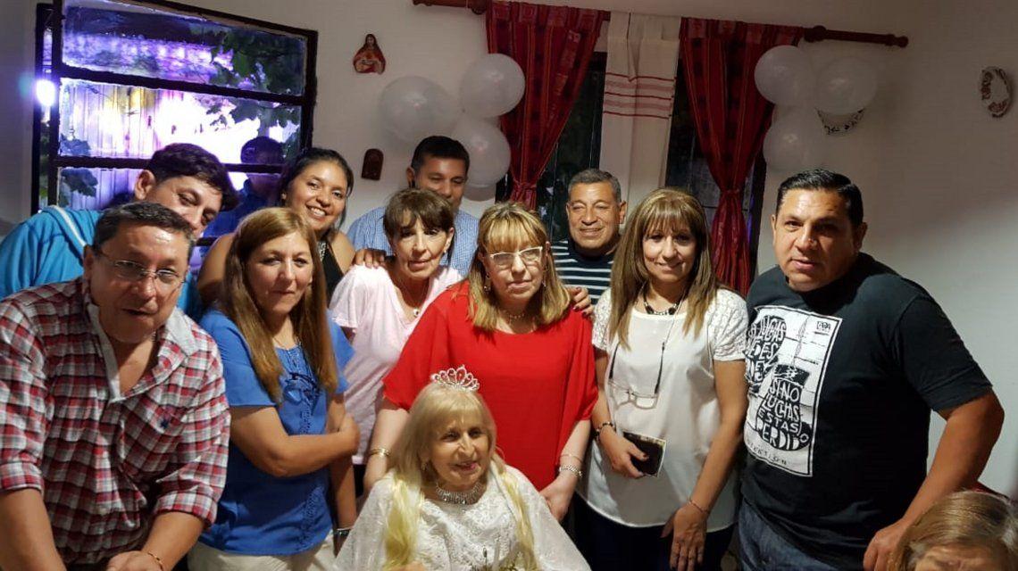 Adela Durán junto a su familia el día de la fiesta.
