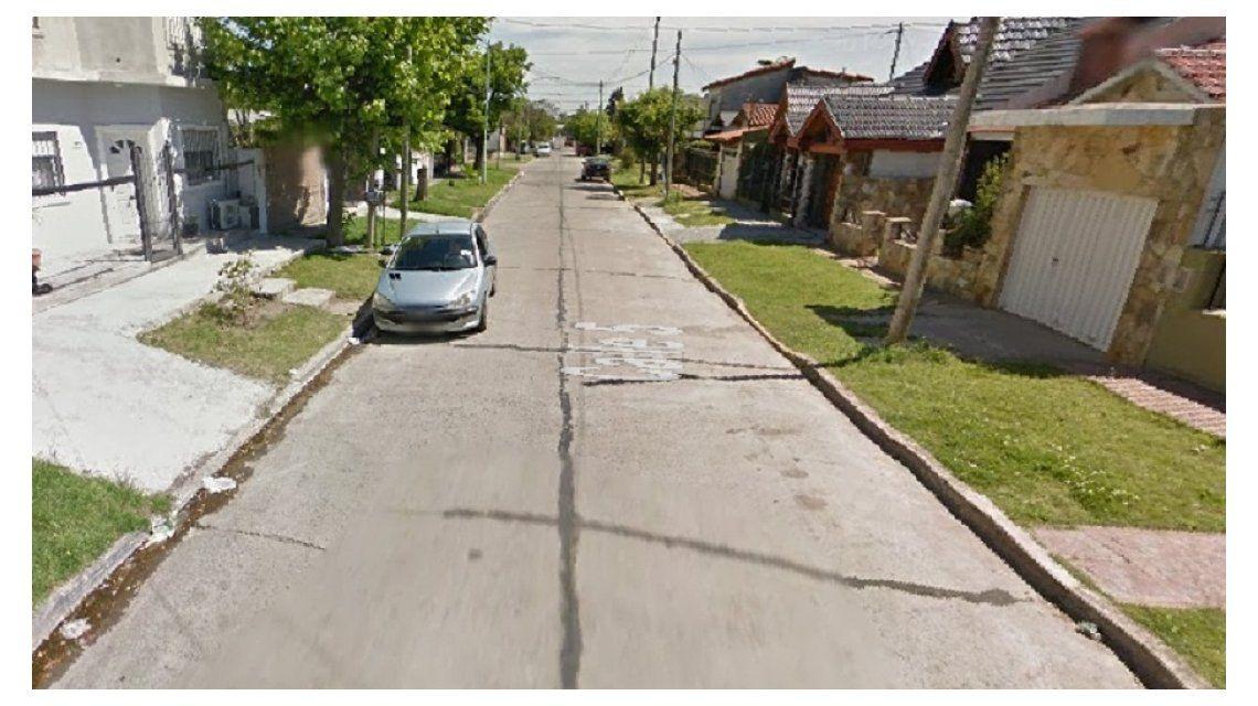 Un comisario violó una restricción perimetral, le disparó a su ex y quiso simular un robo