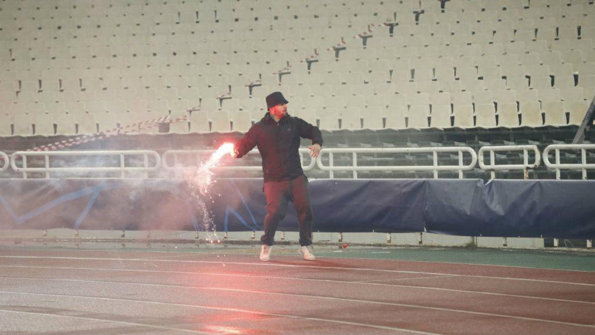 Tiraron una molotov en un partido de la Champions League y se jugó igual