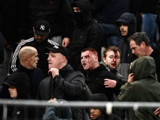 tiraron una molotov en un partido de la champions league y se jugo igual