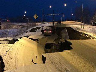 Los destrozos en una ruta por el terremoto en Alaska (Twitter: @jlennyb)