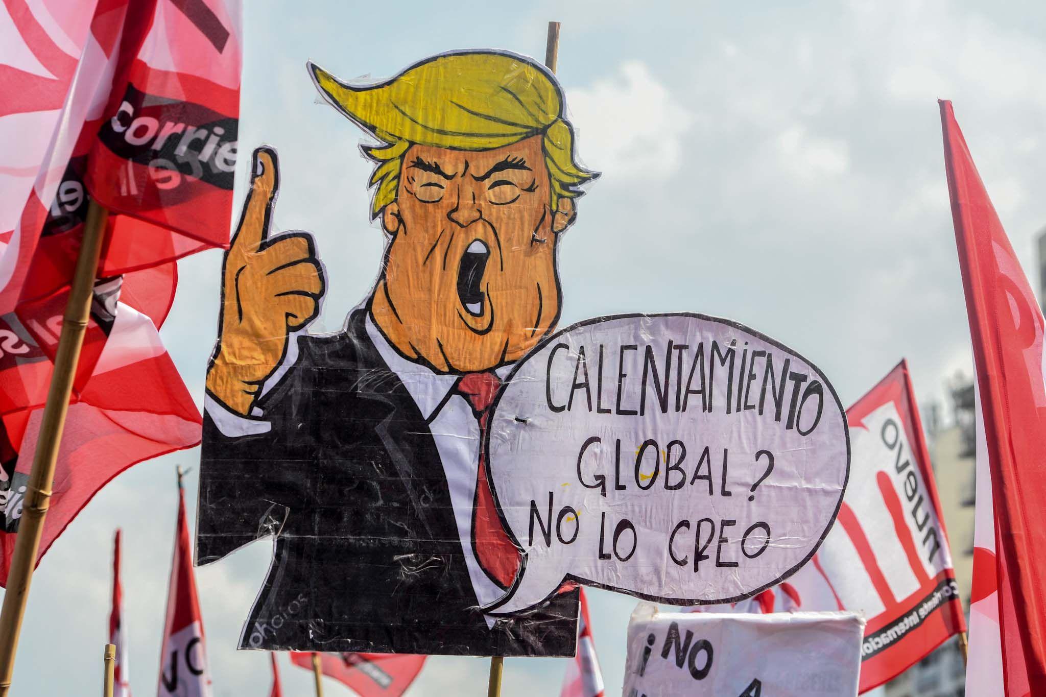 Una gigantografía de Donald Trump recorrió la zona