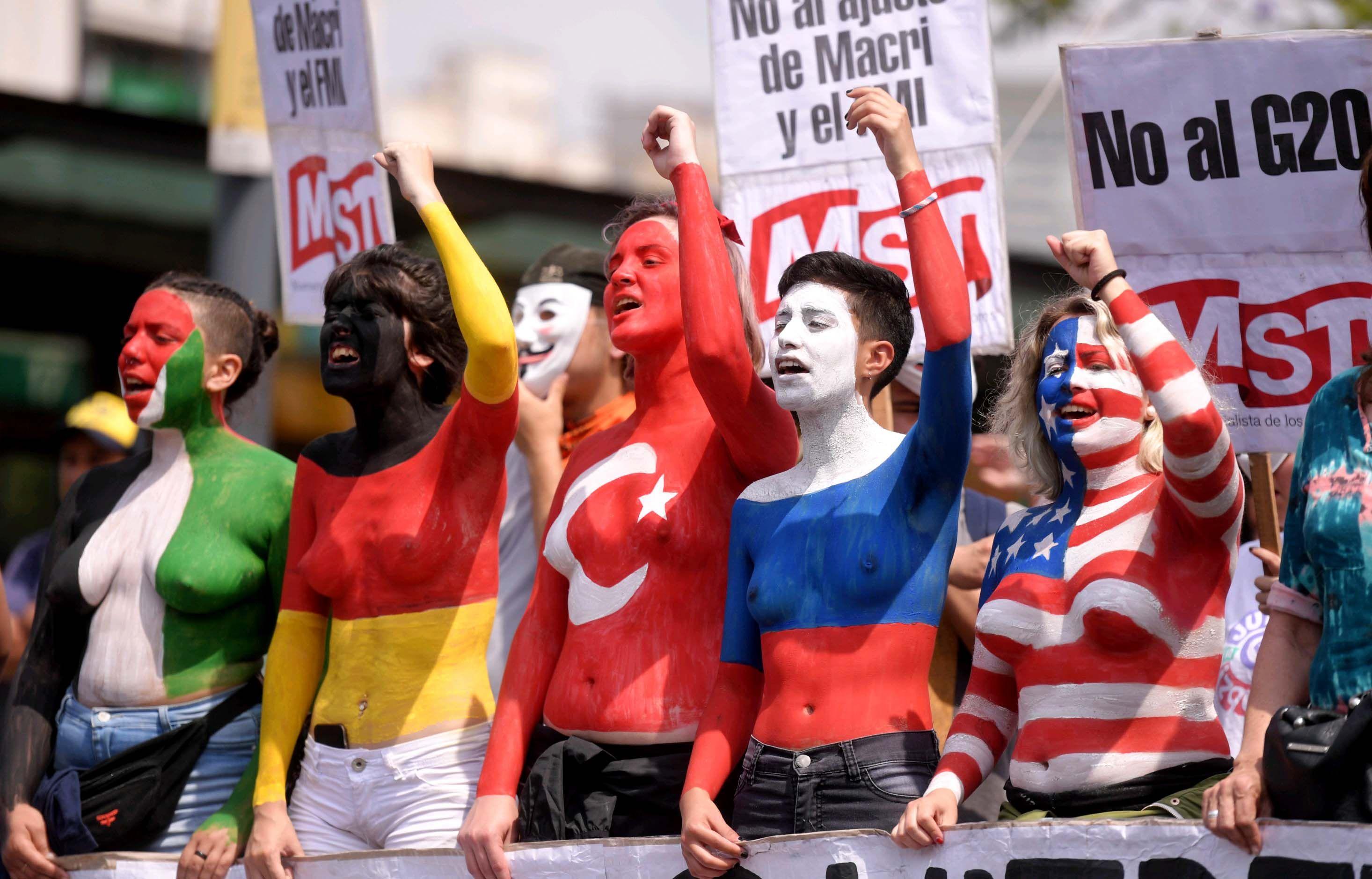 Muejeres se pintaron el cuerpo con las banderas de los países