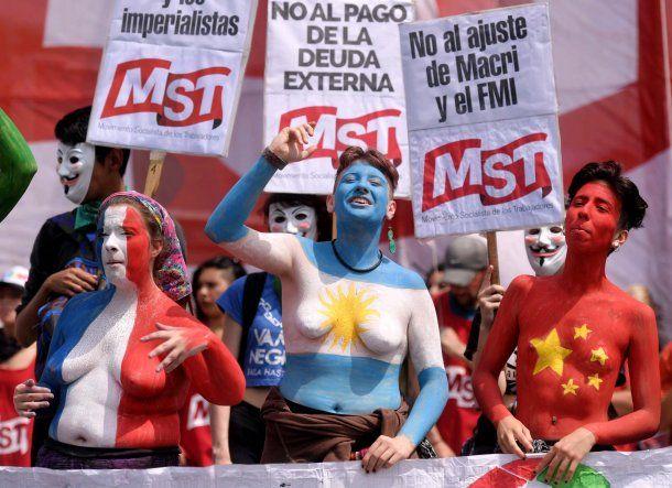 Banderas de Francia, Argentina y China en los cuerpos de las manifestantes<br>