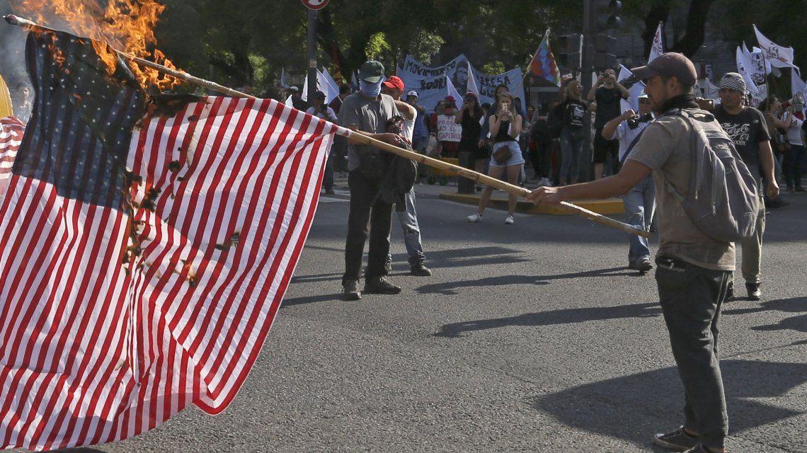 Una suerte de bandera de Estados Unidos fue quemada durante la marcha contra el G20