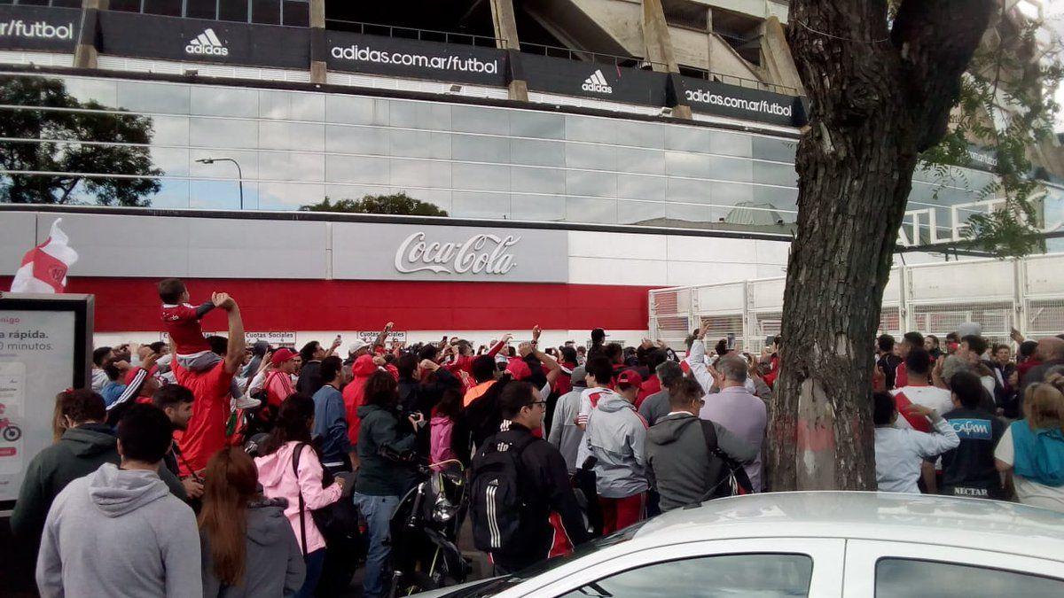 #LaFinalEsEnElMonumental: el banderazo de los hinchas de River contra la decisión de la Conmebol